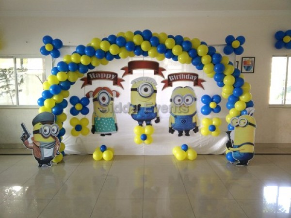 Minnion With Baloon Arch Decoration