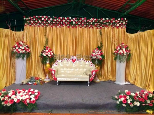 Golden Backdrop Wedding Decoration
